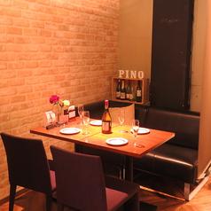 余計なものを排除したシンプルなお席。テーブルの上に並んだお料理が鮮やかに彩りを添えます。気の合うお仲間たちとのお食事やご家族などでのご利用にも、ゆっくりとおくつろぎ頂けるお席をご用意しております。