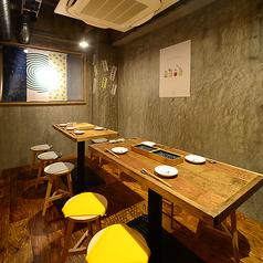 奥のテーブル席は4名様迄ご予約可能な半個室席を2席ご用意。最大8名様迄の半個室でもお食事が可能です!会社宴会、ファミリー、合コン、誕生日会、女子会など様々なシーンでの使い勝手抜群です★KITSUNEの全てを詰め込んだ宴会コースもご用意♪全12品豪華天ぷら等贅沢なコースは120分飲み放題付き4500円!