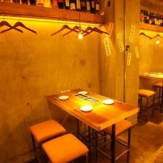 4名様迄着席可能なテーブル席は全部で4席ご用意。少人数での飲み会、女子会、誕生日会などのご利用に最適です!KITSUNEはリーズナブルな飲み放題付き宴会コースもご用意♪飲み放題が付いて3000円~とコスパ抜群で本格天ぷらを始め、様々な名物料理を詰め込んだコースになっております!