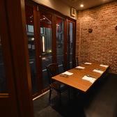 8名様までご利用いただける個室は仕事仲間との飲み会などに最適です。通りに面したガラス戸が解放感をプラスし、より特別な空間に。