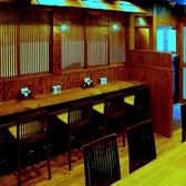 【1階】カウンターとテーブル席をご用意。旨い干物料理と安らげる雰囲気でお酒がすすみます。