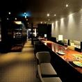 店内はシックで落ち着いた高級感溢れる雰囲気となっております。最高のお料理とドリンク、さらには贅沢な空間もお楽しみください。