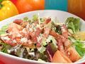 料理メニュー写真フレッシュトマトとカリカリベーコンのシーザーサラダ