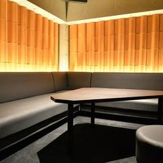 こちらはVIP個室となります。下のフロアを見渡せるオシャレな空間です。