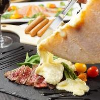 黒毛和牛のレアステーキに人気のラクレットチーズ掛け!
