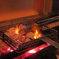 肉質の良い『ふもと赤鶏』を炭火で焼き上げる
