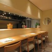 料理長の技を間近に見られる特等席のカウンター。料理人との会話も楽しめる特別な空間。