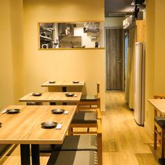 2名様掛けテーブルは4卓ご用意がございます。ゆったりと落ち着きのある店内ですので、デートなどのシーンでもご利用いただけます。