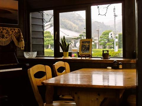 オシャレなカフェのような店内で、ボリュームたっぷりの定食をいただく。