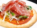 料理メニュー写真生ハムとサラダのピザ
