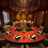【大人数でもご利用いただける大きめ個室 12名様まで】最大12名様までおかけいただける広々とした半個室です。6名様ずつ専属シェフがお料理をご用意いたします。ご接待のお席や会社の仲間とのご会食にぜひご利用ください。※禁煙席(店内に喫煙スペースがございます)