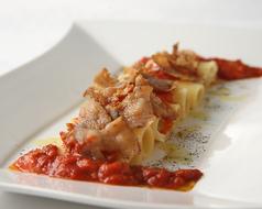 料理メニュー写真ペコリーノチーズ詰マカロニ、ブッテロ風トマトソースがけ
