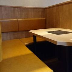 2名様でご利用できる半個室は、隣を気にせずのんびり個室感覚でゆったりお食事ができます!3席のうち2席は仕切を外すと1席4名様でご利用いただけます。