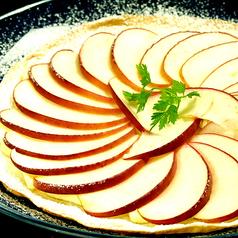 料理メニュー写真リンゴとクリームチーズのピザ
