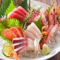 当店では新鮮な素材を使用した炙り焼きや刺身など様々なお料理ございます。ぜひお酒と共にご賞味くださいませ。
