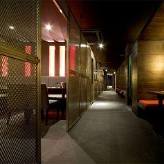 黒×赤のモダンな落ち着いた空間で、お食事をお楽しみください。2名様から対応のテーブル席は、デートのお食事・会社帰りに少し飲みたいときなどにピッタリのお席です!旬の素材を活かし美味しさをお届け致します。