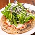 料理メニュー写真神戸ハーブのマルゲリータ/クアトロピザポルチーニ茸のソースで