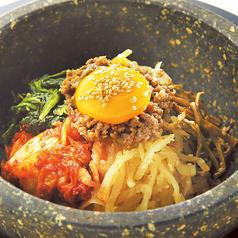 料理メニュー写真石焼ビビンバ(スープ付き)/石焼チーズビビンバ