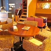 座り心地の良い、アジアンテイストのソファは人気です!!涼しさを感じる内観でゆったりとタイ料理を♪