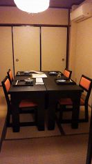 個室お座敷にテーブル席があります。12名位までです。
