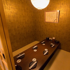 【2名席】 デートにピッタリ♪完全個室だから、周りを気にせず2人だけの空間でお食事をお楽しみいただけます。もつ鍋や水炊き、自慢の地鶏を使用した焼き鳥など、おいしい料理を楽しみながら、ゆったりとお寛ぎいただけるお席です!