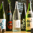【各地から取り揃えた銘酒の数々】日本酒や焼酎にもこだわりアリ!日本各地から厳選した銘酒を種類豊富に取り揃えました。お好みのお料理に合わせて愉しみたい、色々な種類のお酒を飲み比べてみたい…そんなお酒好きのお客様にピッタリのラインナップとなっております。