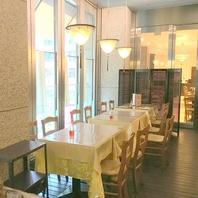 おしゃれな店内に広々空間でお食事をお楽しみください。