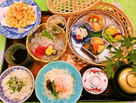 月替わりで季節のお勧めを彩り鮮やかに盛り込み日本料理ならではの美しさを目でも堪能