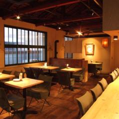 テーブル席は30席ございます!席の感覚が広くゆったりとお食事をお楽しみ頂けます。レイアウト変更も可能ですので、お気軽にご相談下さい!