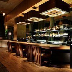 レストラン併設のバーカウンタは神戸の夜景をバックにごゆっくりおくつろぎいただけます。