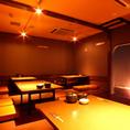 温かい木目調が印象的な落ち着いた空間が広がります。各席から部屋全体を見渡せる座敷個室で一体感のある宴会が開催できます。大型の会社宴会に最適です。