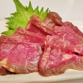 馬刺し(赤身)880円(税抜)/大将こだわりの食べ方で