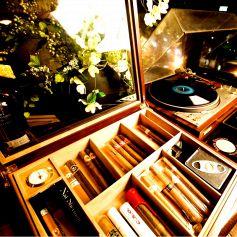 【レコード】【葉巻】アナログレコードでは「カーペンターズ」「ノラジョーンズ」「イーグルス」など懐かしの曲が聴けます。(^O^)アナログレコードの機器は「お客様からの贈り物」でOLD BARRELの宝物の一つ。もう古い機械なので、多少機嫌が悪いときもありますが・・(笑)今でも独特の雰囲気を出してくれます。