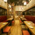 【団体貸切】肉寿司のテーブル席は最大16名まで横一列でお食事が楽しめます!カウンター席、8席。テーブル席は2名×17席。更に30名様以上で事前予約を頂きますと貸切でのご利用も可能となっております。詳しくは電話にてお問い合わせ下さい。【博多 肉寿司 馬刺し 居酒屋 鍋 肉 寿司 日本酒】
