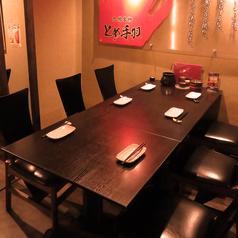 広々お使いいただけるテーブル席。