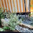 日本庭園を思わせる、入口の小庭。