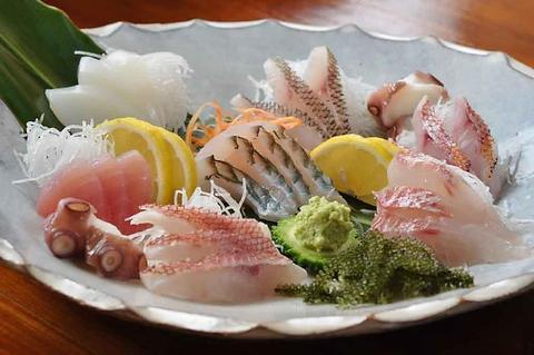 店主が釣った新鮮で旨い魚そろってます!!お酒がすすむ逸品料理で大人気!!