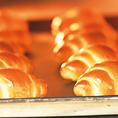 焼き立ての自家製パンが食べ放題☆