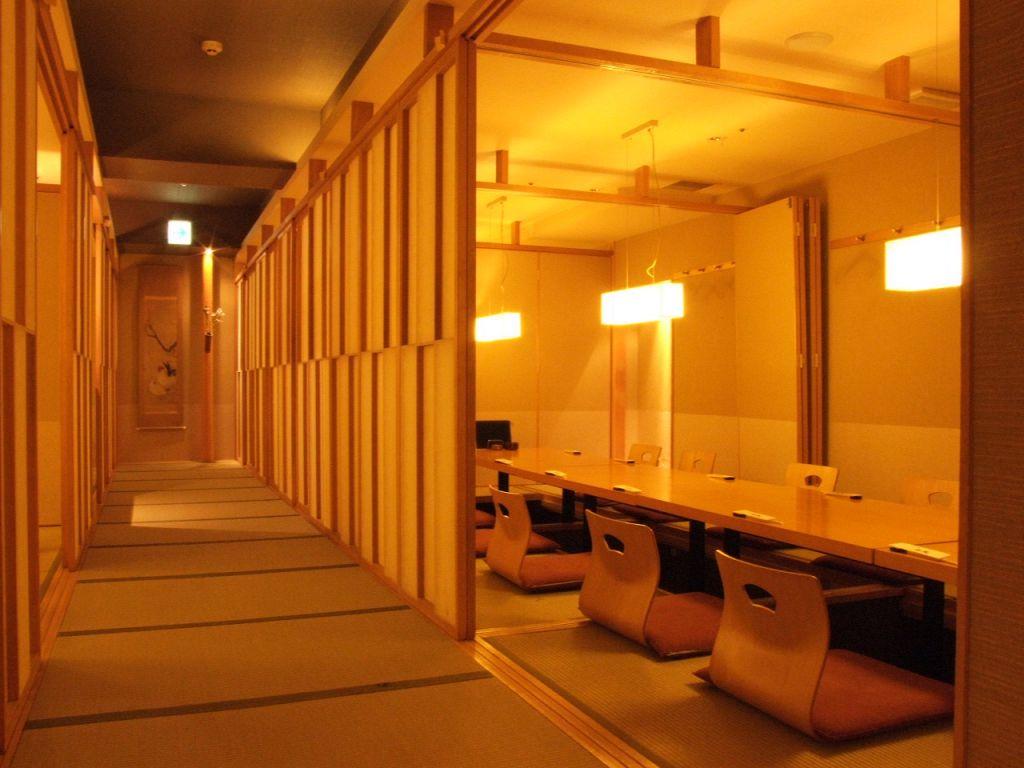 掘り炬燵の個室は、最大50名まで対応。各種宴会にも。