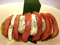 モッツァレラチーズとトマトめでたいディッシュ