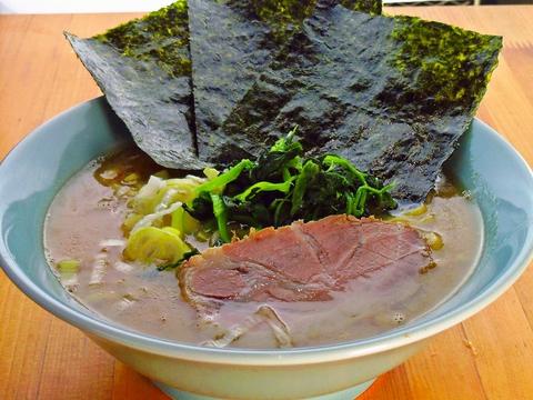 豚骨を大量に使った濃厚スープ。「家系ラーメン」の実力派。わさびのりもオススメ。