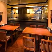 ダイニング席のレイアウトは自由自在。2名様から最大40名様まで対応できるオープンスペースです。靴を脱がずに着席したいお客様へおすすめです。テーブル同士をつなげて半個室にしたり、合コンなどにもご利用いただけます◎飲み放題コースを豊富にご用意しております!