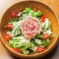 料理メニュー写真トマトと生ハムのシーザーサラダ