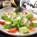 料理メニュー写真ぷりぷりエビとアボカドのサラダ
