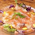 料理メニュー写真ノルウェー産フレッシュサーモンのカルパッチョ