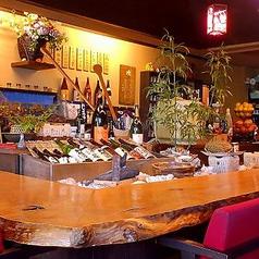 【カウンター】栗の一枚板の趣あるテーブル。毎晩埋まる人気席!