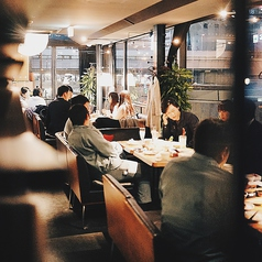 リバーサイドラウンジ・ソファ席*最大40名様での貸切対応もOKなリバーサイドラウンジシート。宴会シーンで大好評いただいております。