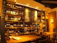 ずらりと並ぶワインのそばにある雰囲気抜群のテーブル席