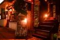 香里園駅西口より徒歩1分の駅チカ☆食堂屋さんの手前にある階段を上がって頂きますと、2階がBassoです♪