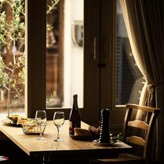 2名~のテーブル席。壁側のお席なら、電源タップも各席に◎スマホの充電やミーティングにもどうぞ◎